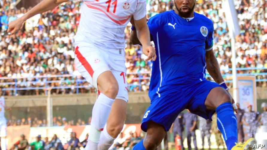 اللاعب التونسي فخر الدين بن يوسف (يسار الصورة)