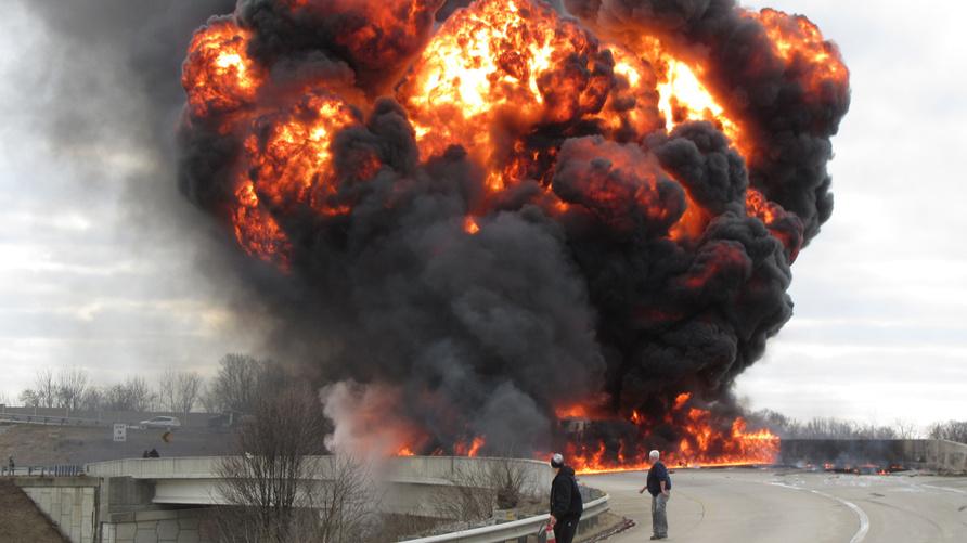 لحظة انفجار صهريج وقود بولاية إنديانا