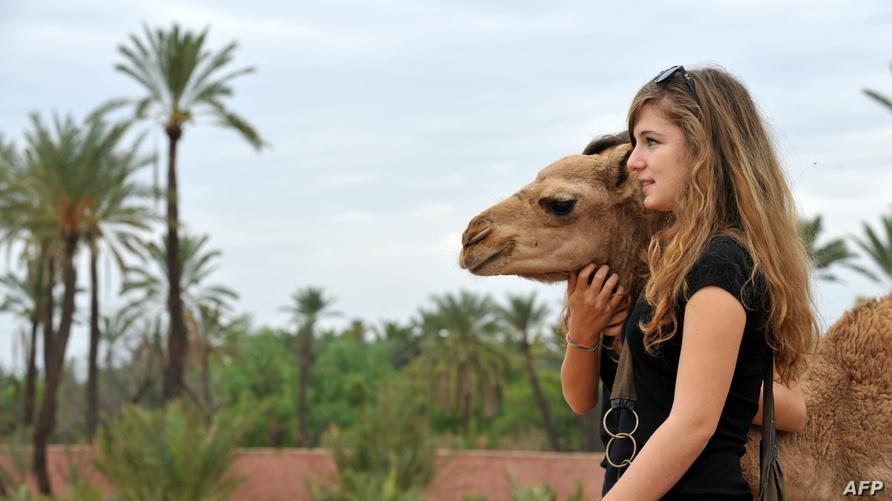 سائحة خلال جولة ركوب الجمال بمراكش المغربية (أرشيف)
