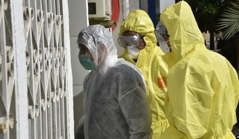 مسعفون جزائريون بملابس طبية واقية أمام مستشفى القطار في العاصمة الجزائر