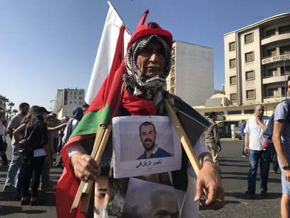 أحد المشاركين في المسيرة المتضامنة مع معتقلي الريف