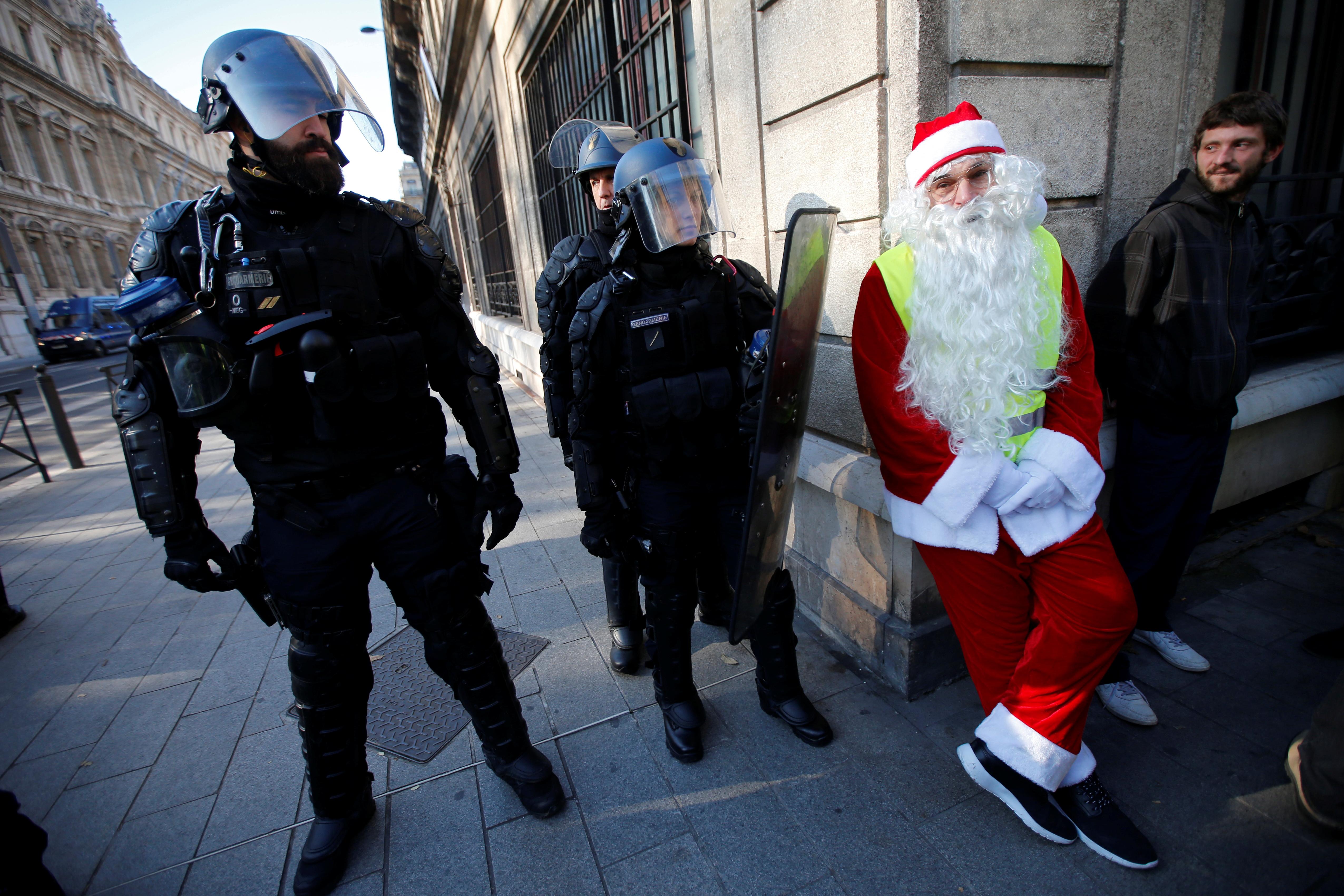 الشرطة وأحد مرتدي ملابس بابا نويل من المتظاهرين
