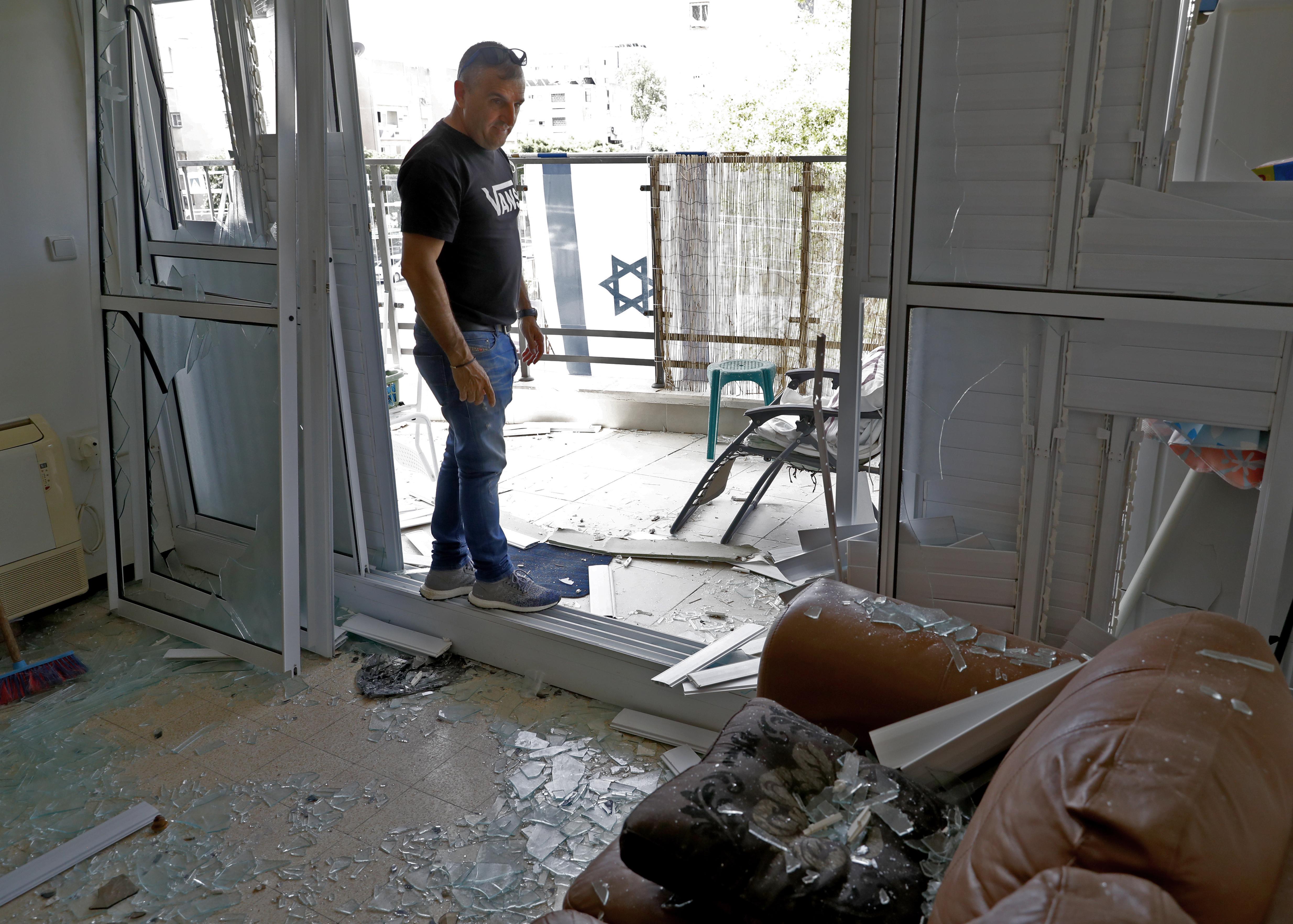 إسرائيلي يتفقد الأضرار التي لحقت ببيته جراء إطلاق الصواريخ من غزة على جنوب إسرائيل