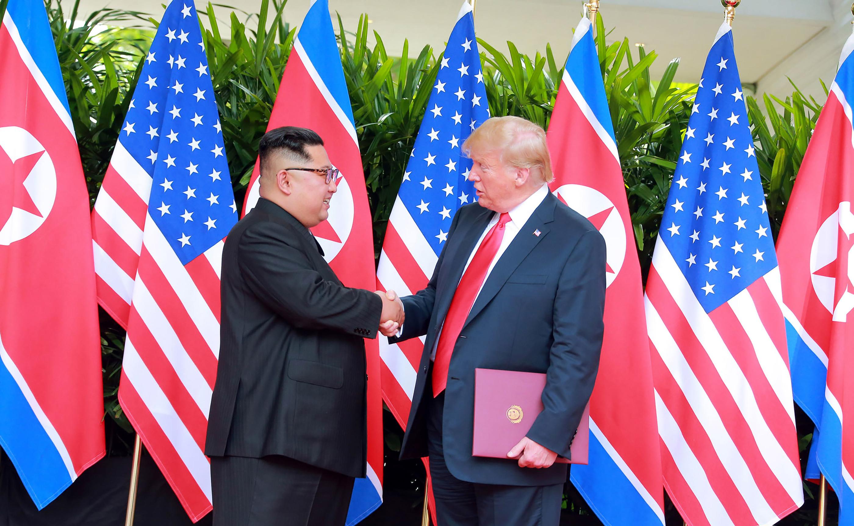 الرئيس ترامب وكيم يونغ أون خلال قمتهما في سنغافورة