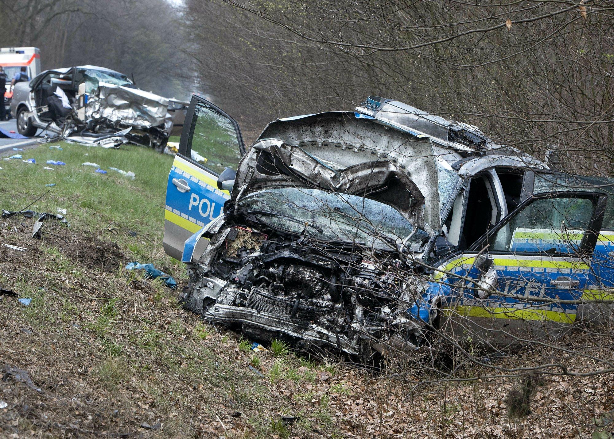 مركبة تابعة للشرطة الألمانية حيث اصطدمت بمركبة أخرى أثناء توجهها لمنطقة سقوط الطائرة