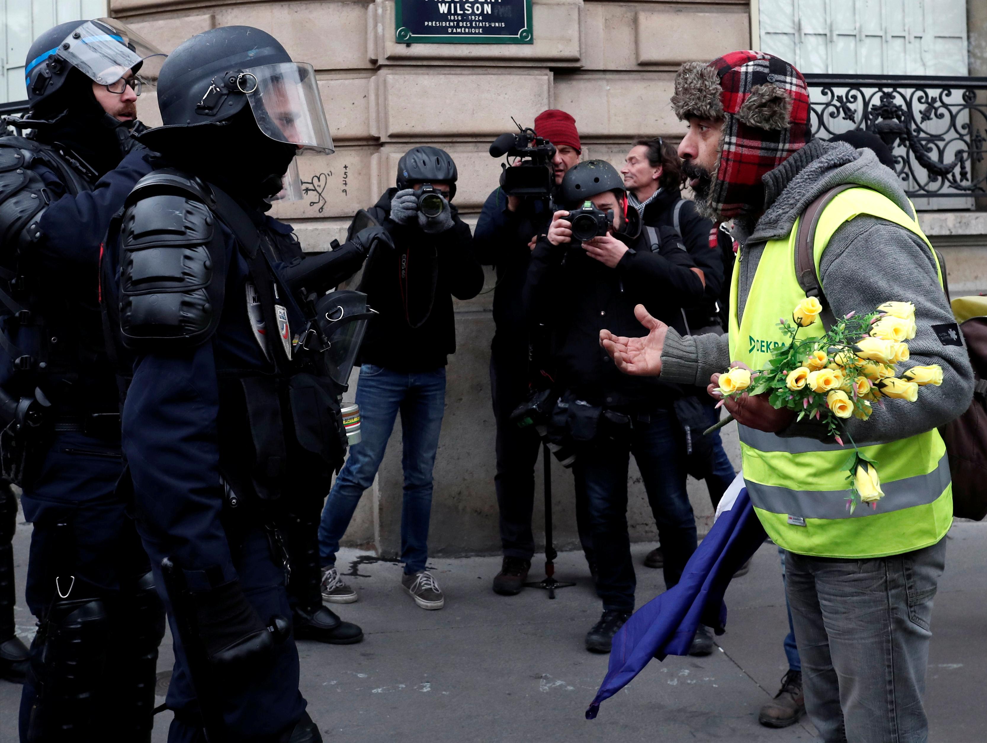 مناقشة بين متظاهر ورجال شرطة
