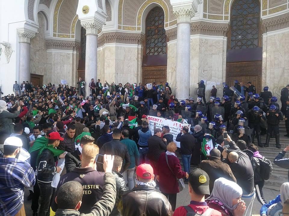 طوق أمني مشدد أمام البريد المركزي بالجزائر العاصمة