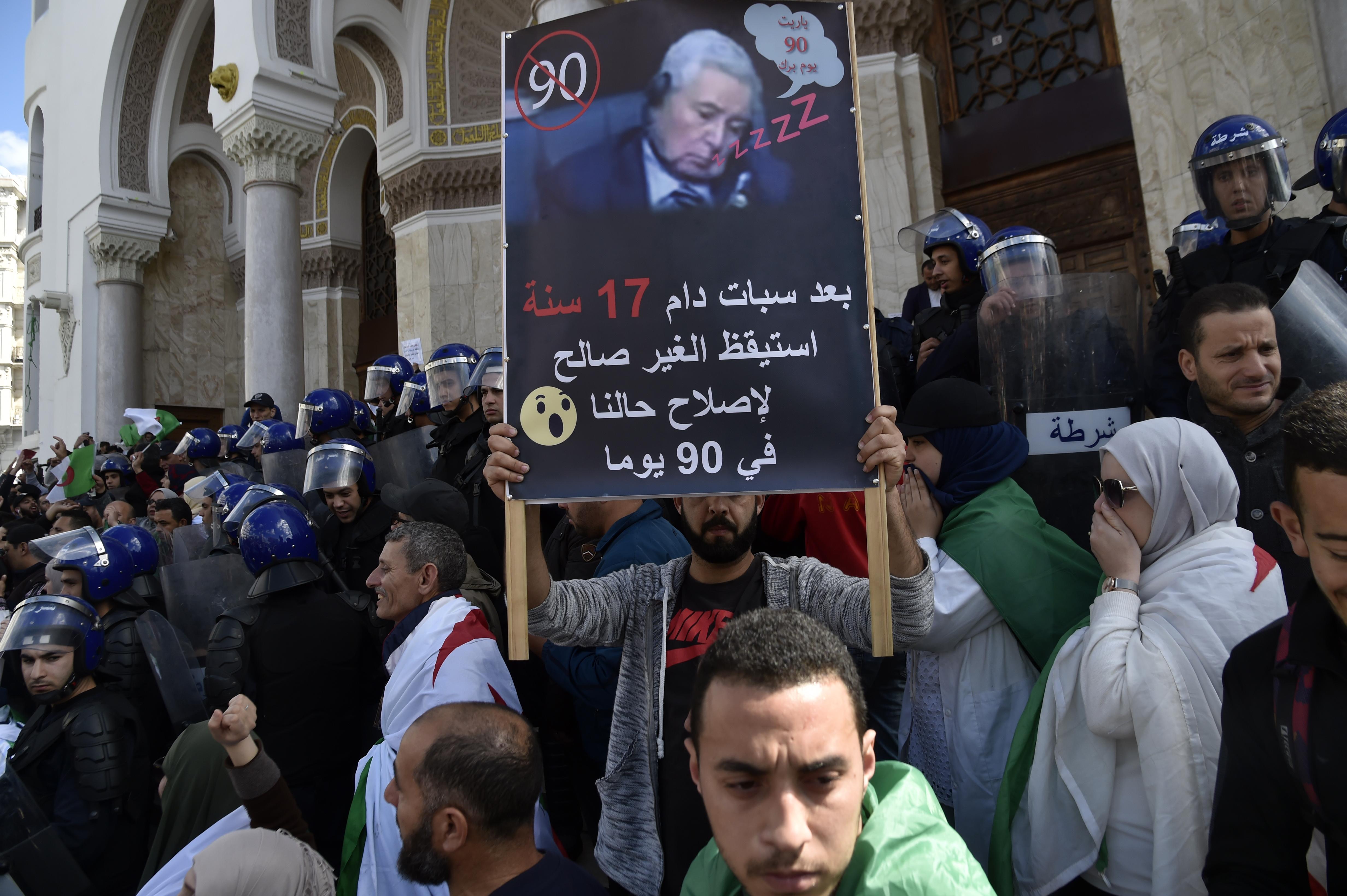 يافطة بالجزائر تعبيرا عن رفض الشعب لعبد القادر بن صالح لقيادة المرحلة الانتقلية
