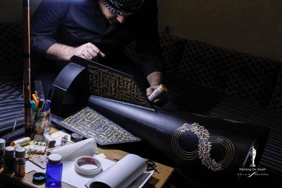 """يقول أكرم إنه يريد أن يعيد برسومه """"للثورة السورية"""" سلميتها/ صفحة """"رسم على الموت"""" في فيسبوك"""