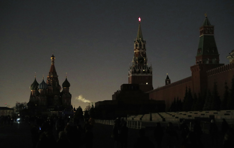 مبنى الكرملين في العاصمة الروسية موسكو خلال ساعة الأرض - 30 أذار/مارس 2019