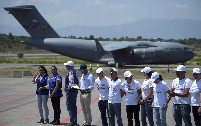 طائرة مساعدات أميركية في كولومبيا على الحدود مع فنزويلا