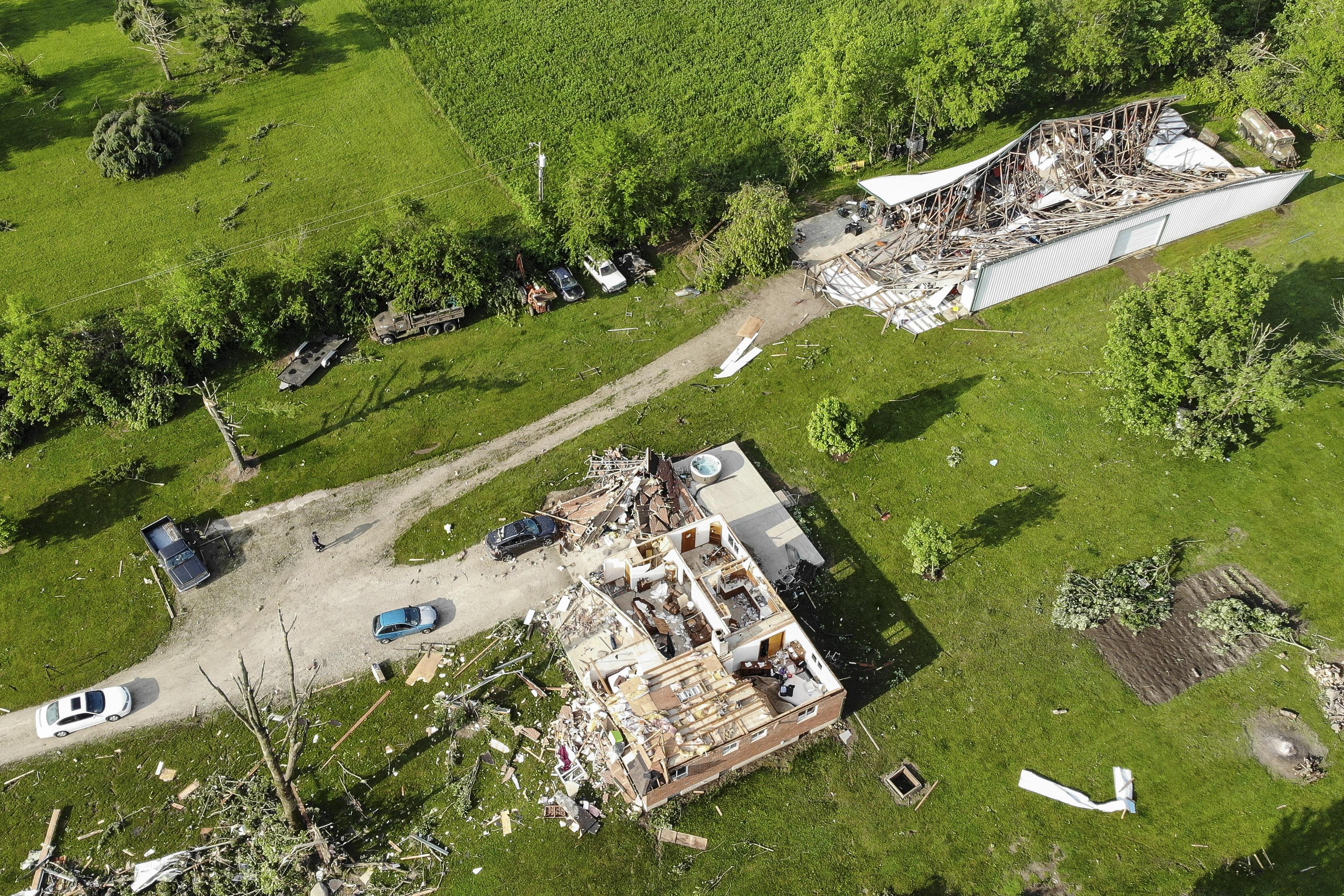 منازل تعرضت لأضرار جراء زوبعة مرت بالمنطقة ليلا في بوكفيل في أوهايو