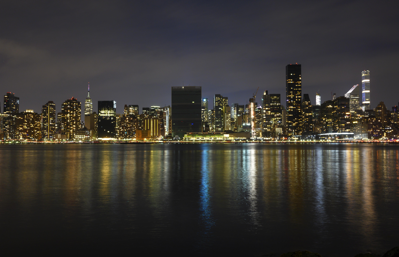 مبنى الأمم المتحدة في نيويورك مظلما خلال ساعة الأرض بنيويورك في الولايات المتحدة- 30 أذار/مارس 2019