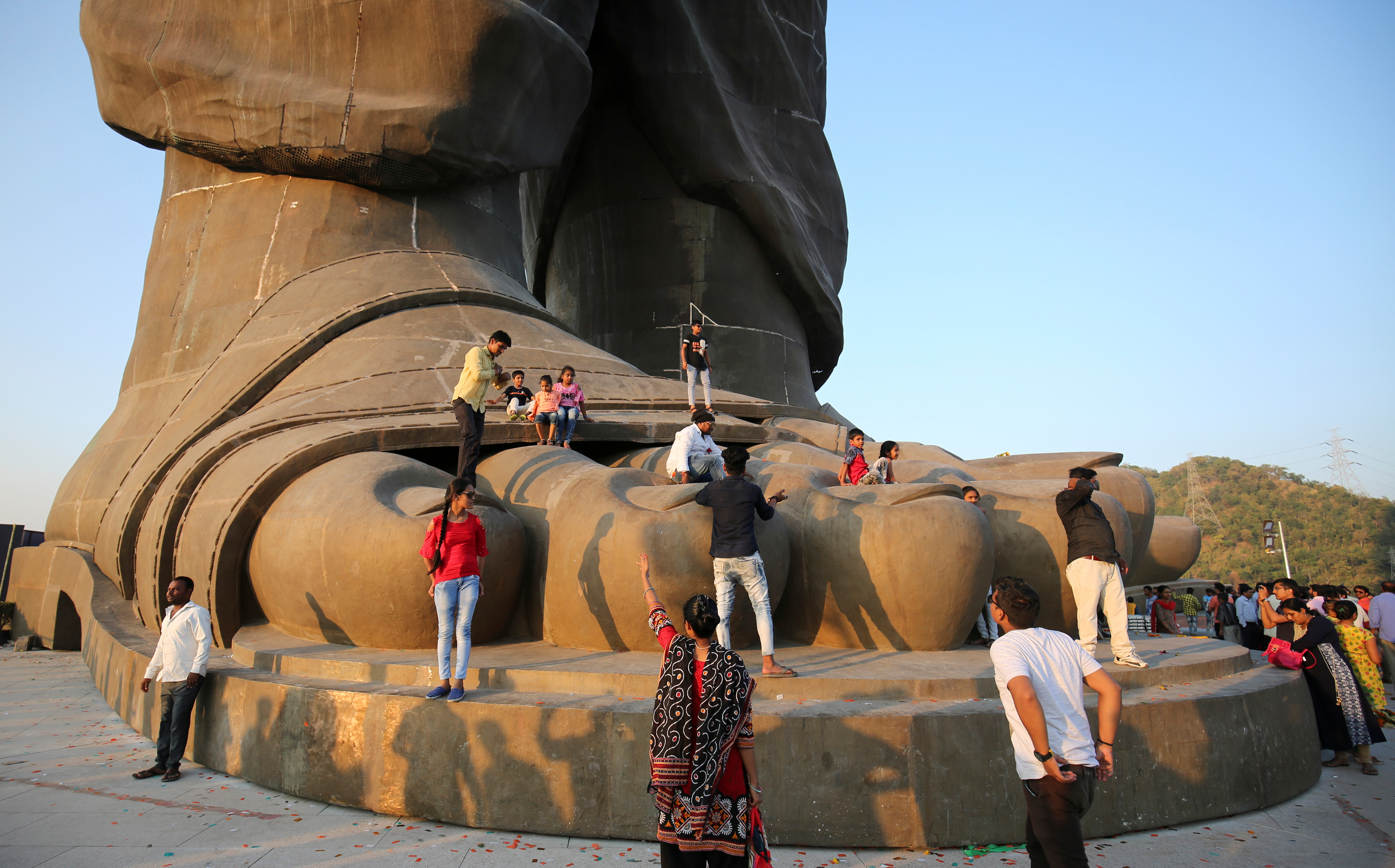 صنع التمثال من الصلب والبرونز وطوله 182 مترا