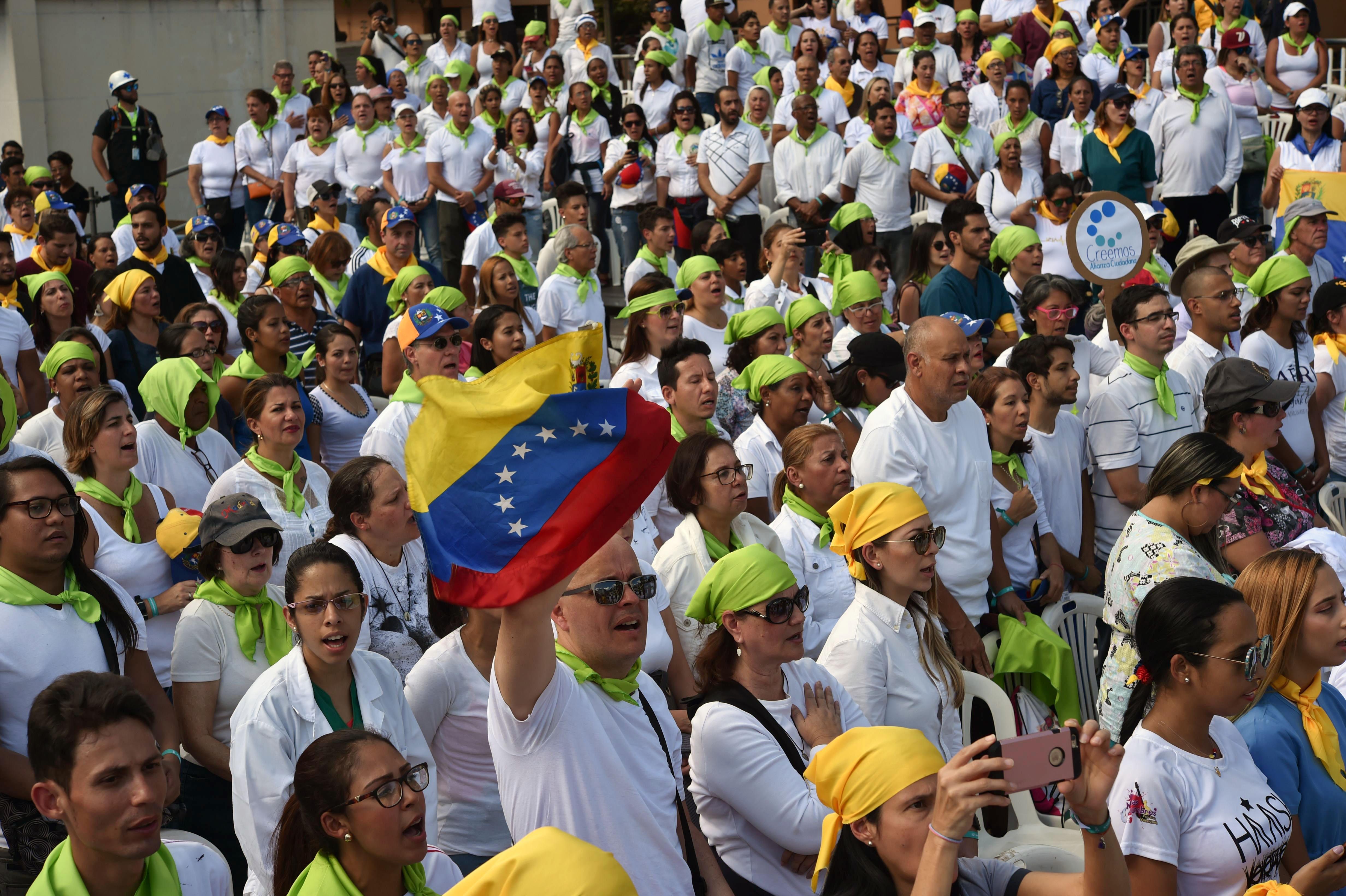 متطوعون يلبون دعوة زعيم المعارضة الفنزويلي خوان غوايدو للمساعدة في توزيع الإغاثة على المحتاجين في فنزويلا