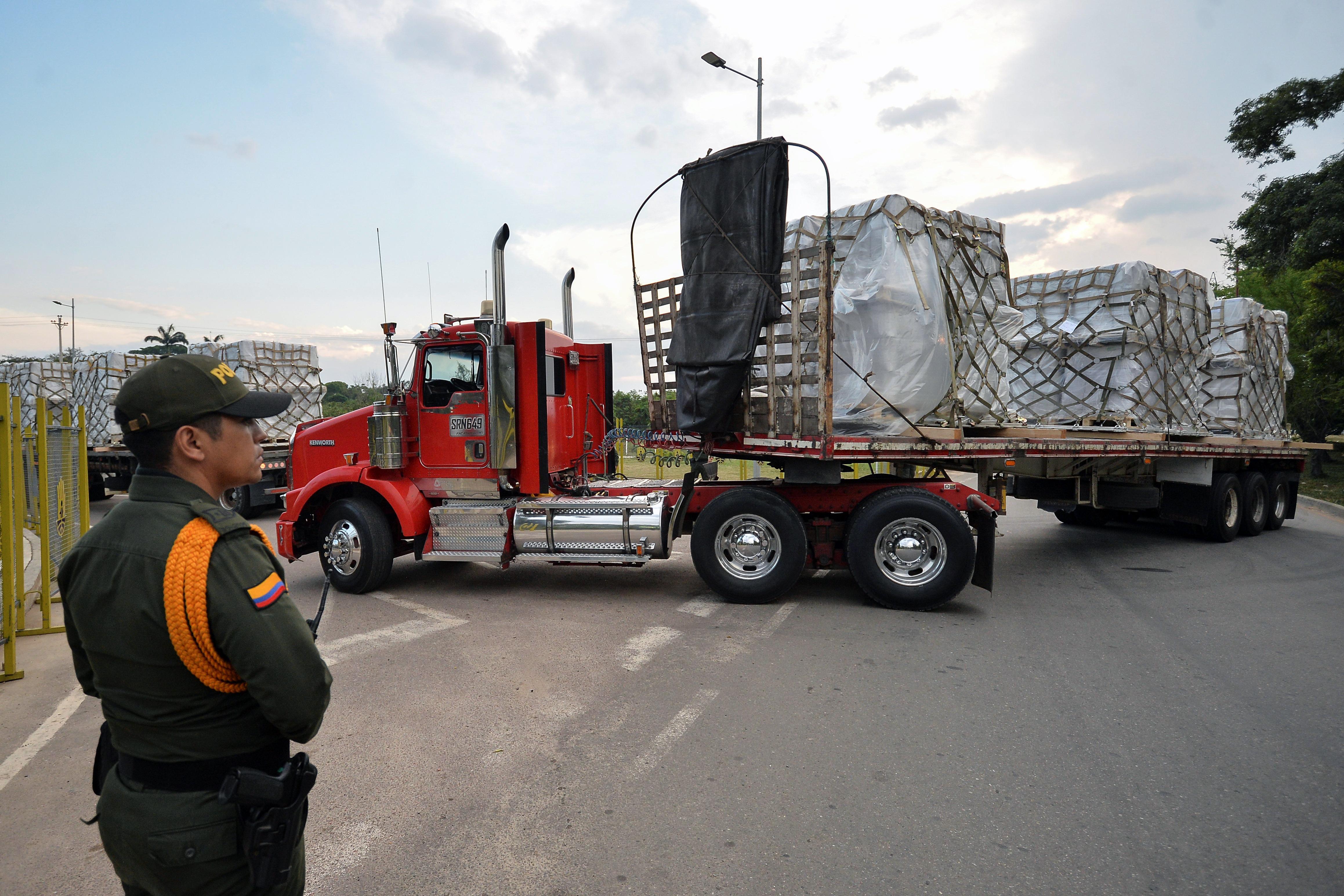 شاحنات محملة بالإغاثة على الحدود بين كولومبيا وفنزويلا