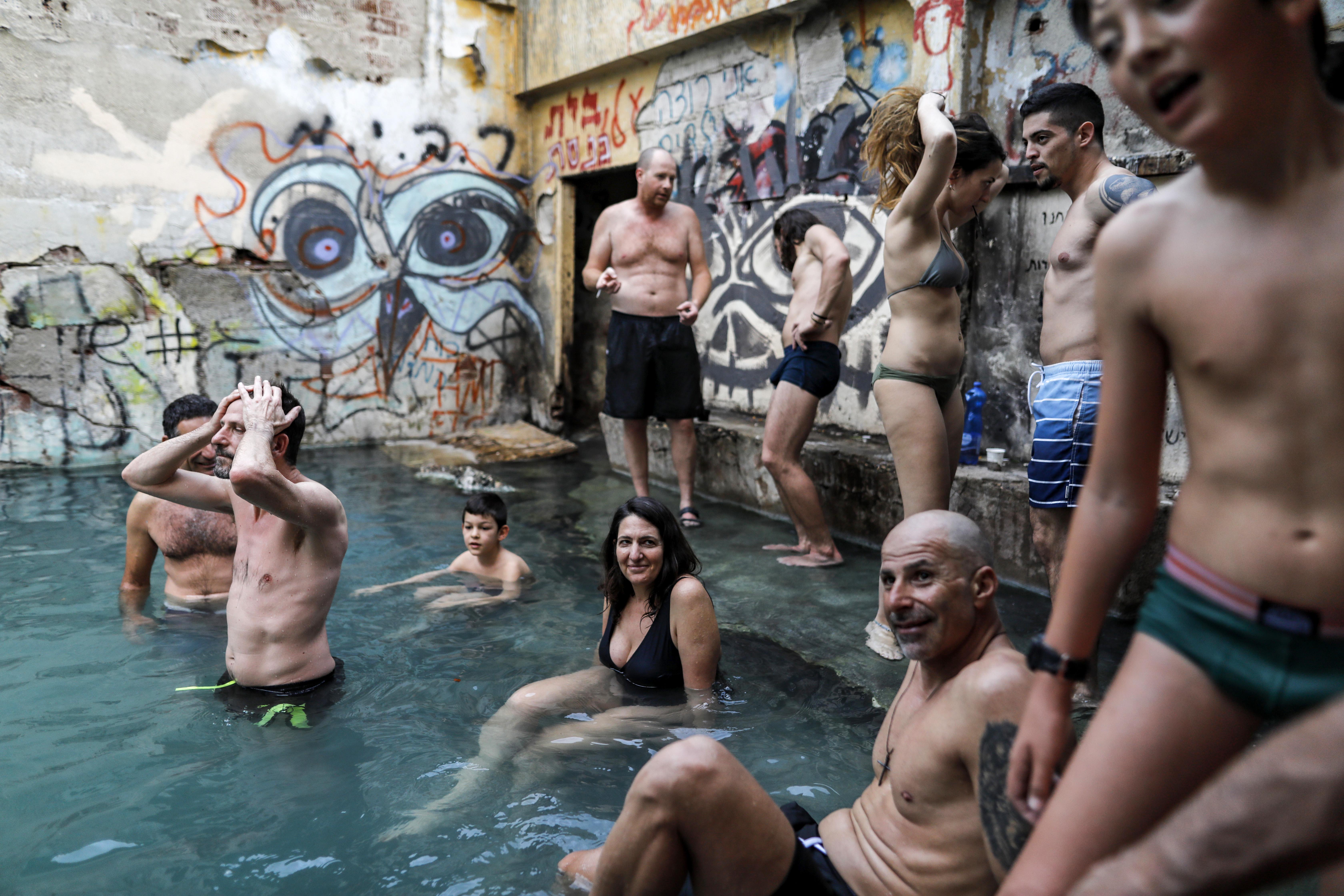 إسرائيليون يسبحون في نبع للمياه الحاره في الجولان