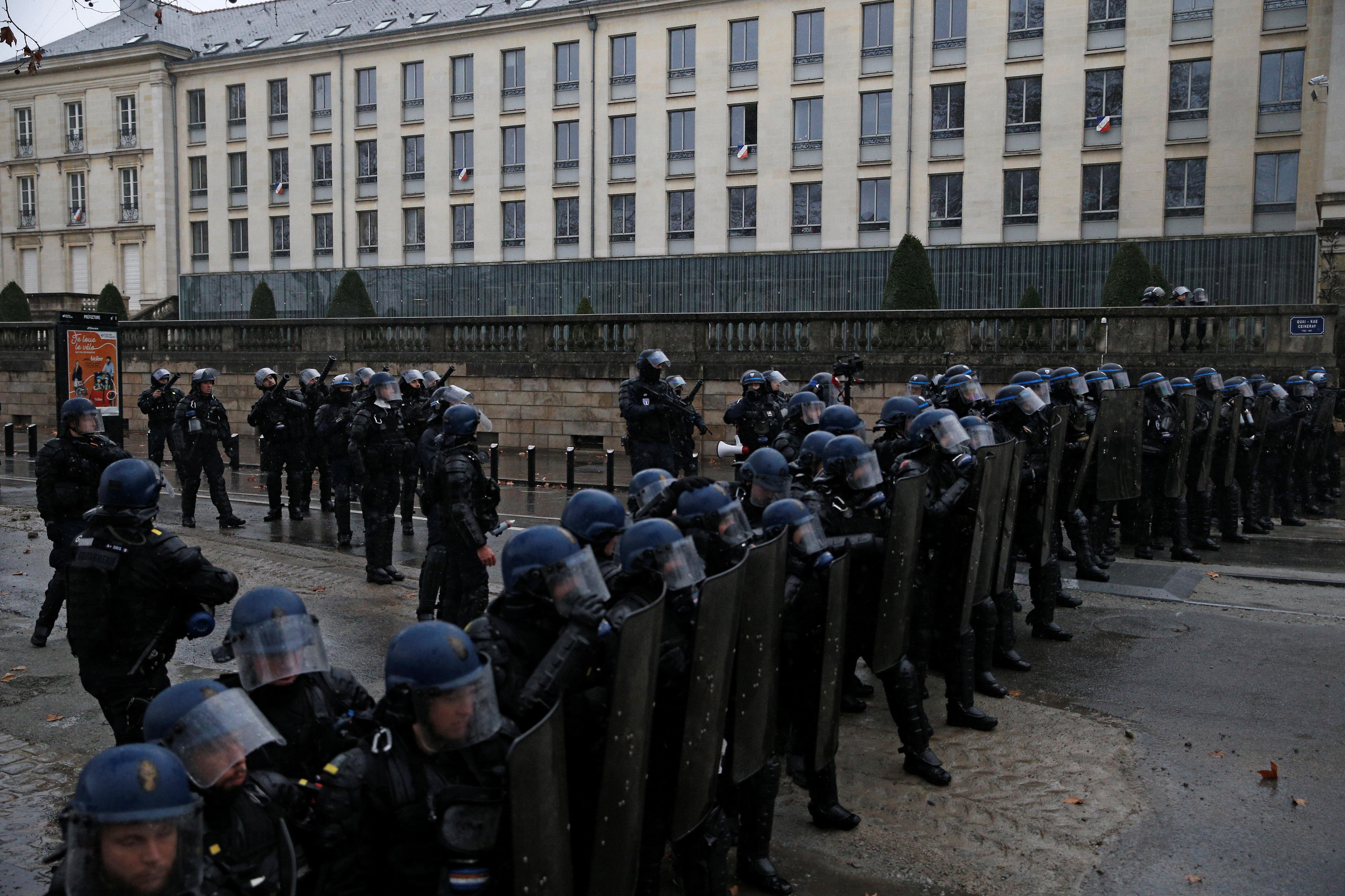 الشرطة الفرنسية تقطع شوارع حيوية وتمنع المتظاهرين من اختراق هذه الحواجز