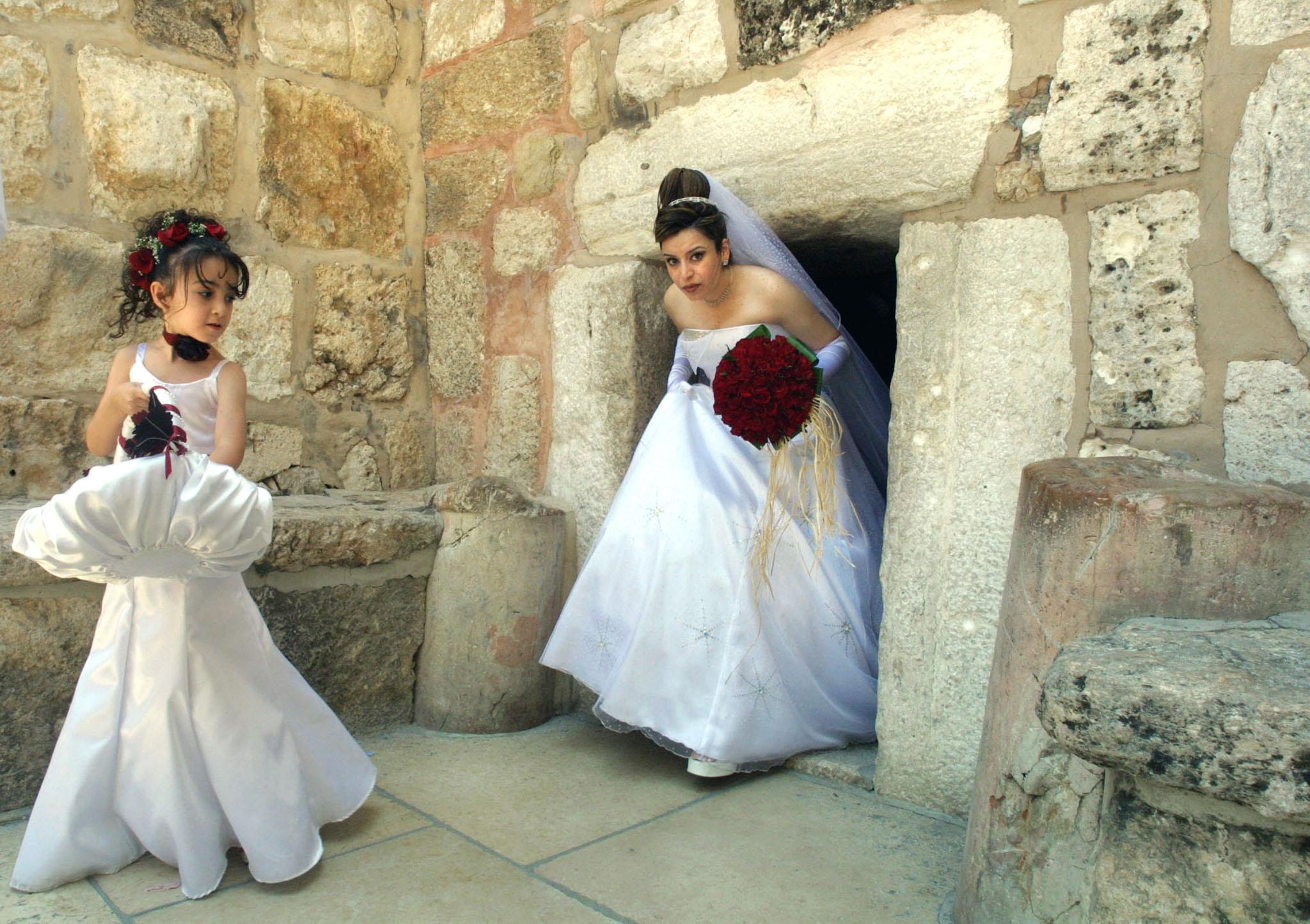 عروس تزور كنيسة المهد يوم زفافها