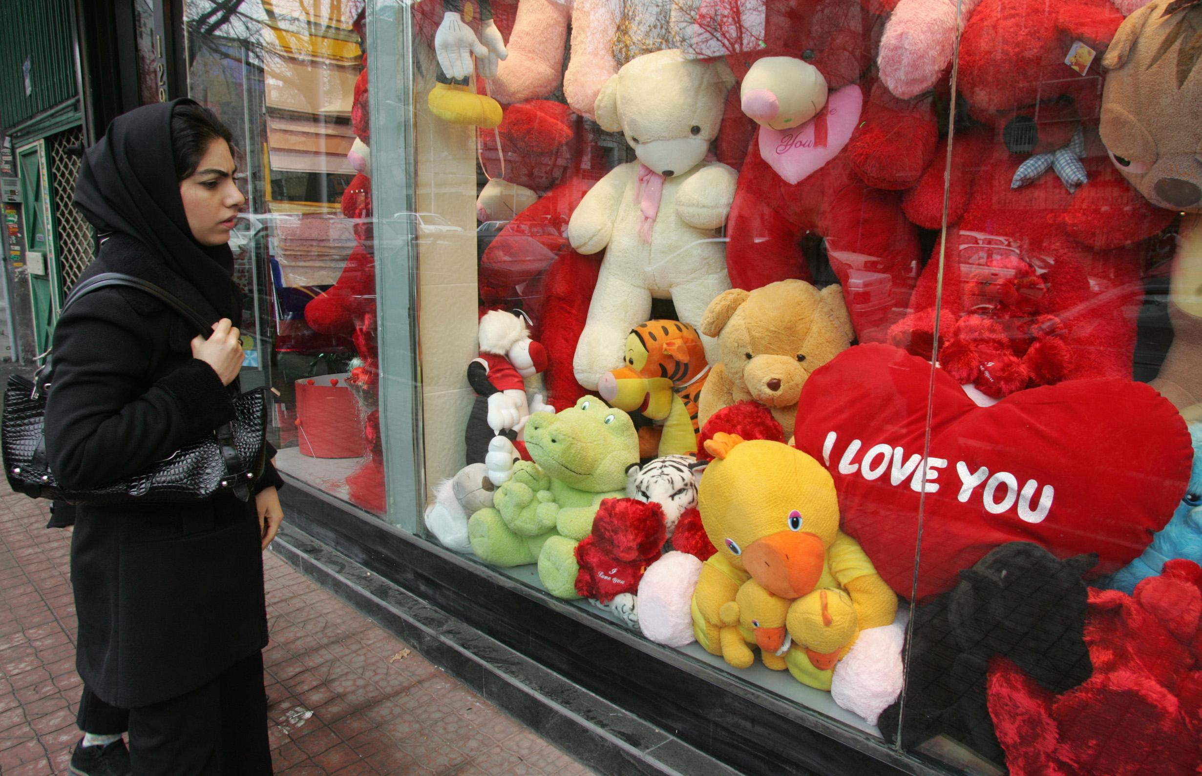 هدايا عيد الحب في محل تجاري بطهران عام 2008