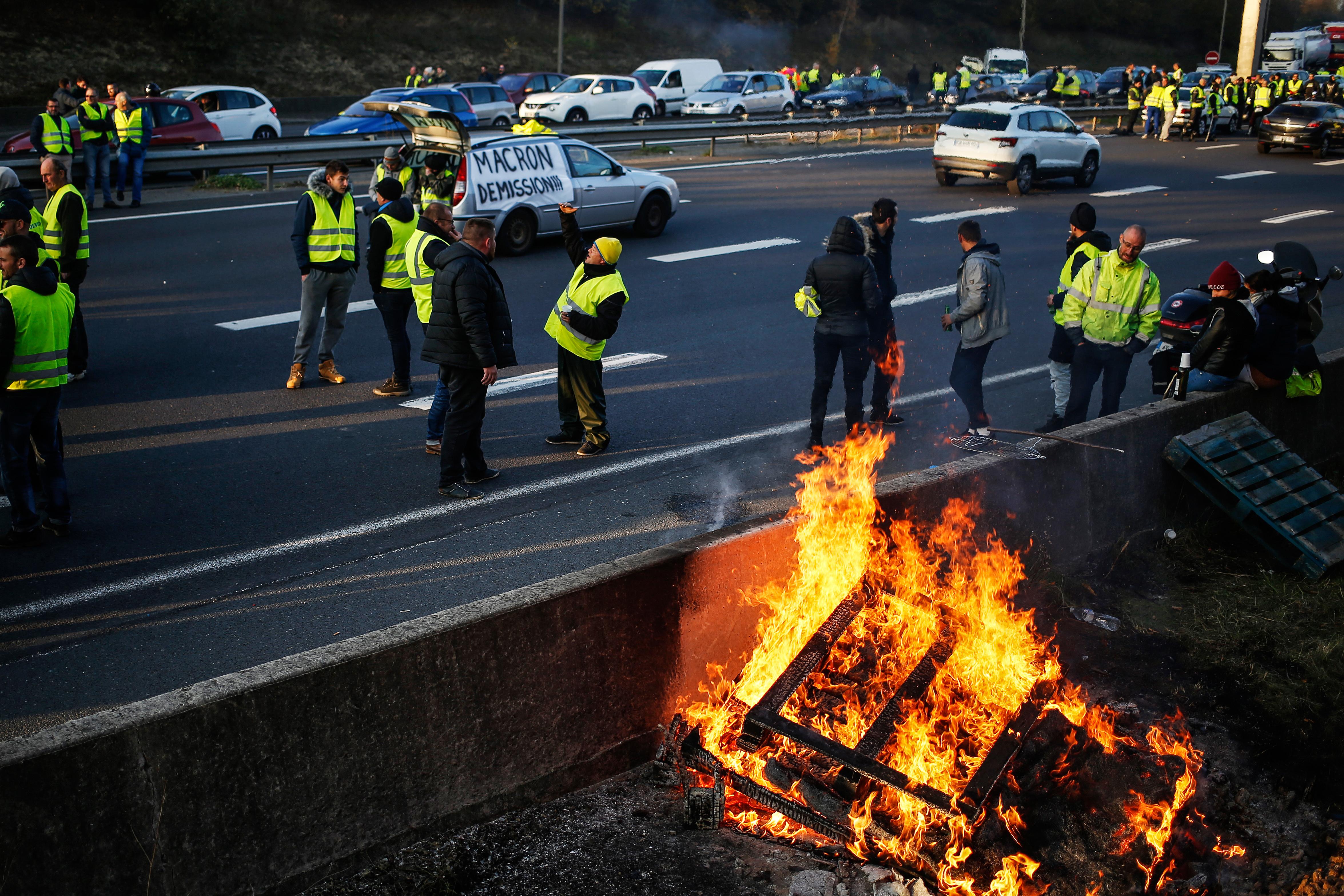 متظاهرون يقطعون أحد الطرق في نورموندي