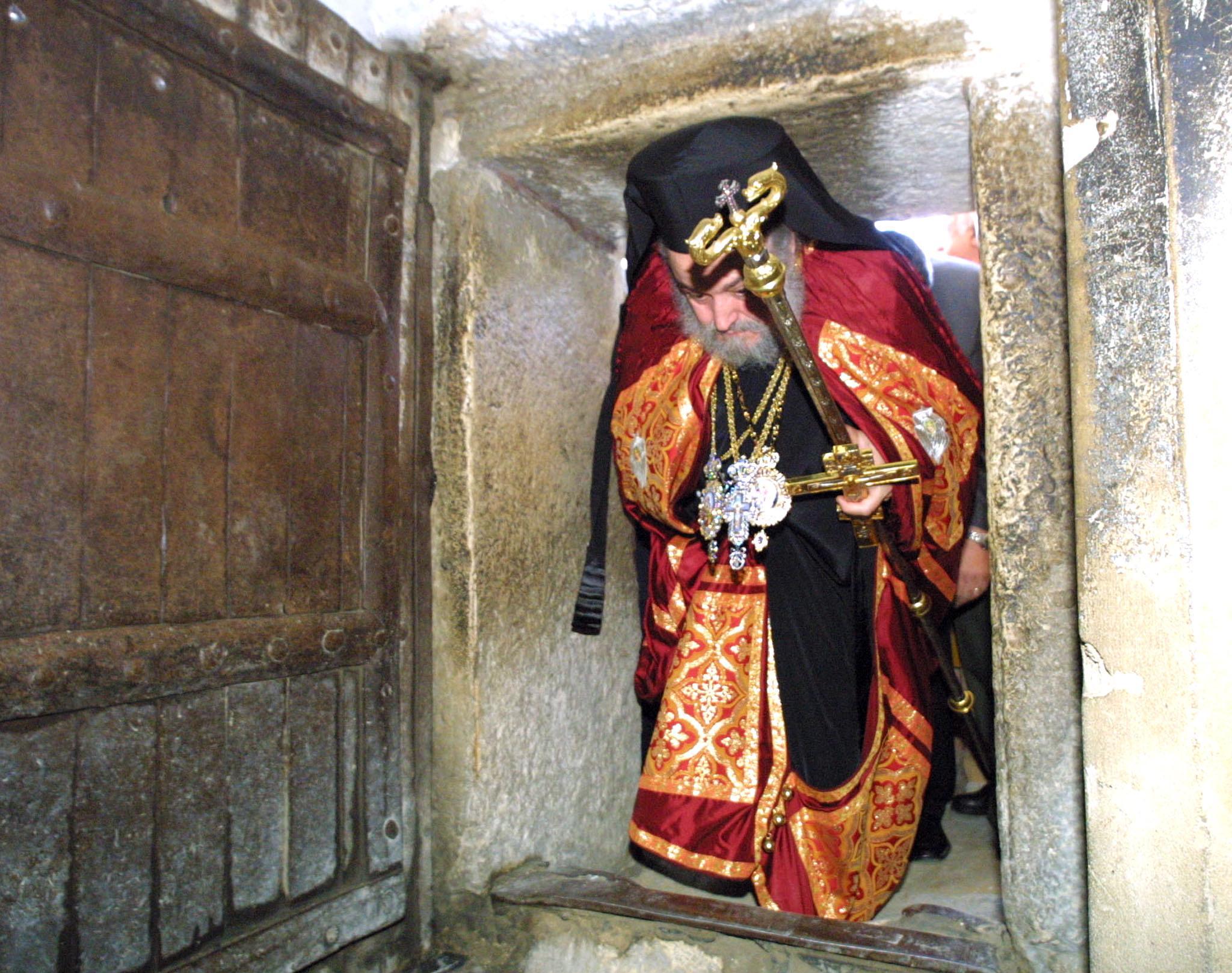 إيرينيوس البطريرك السابق للبطريركية الأرثوذكسية الشرقية في القدس يدخل من باب الكنيسة