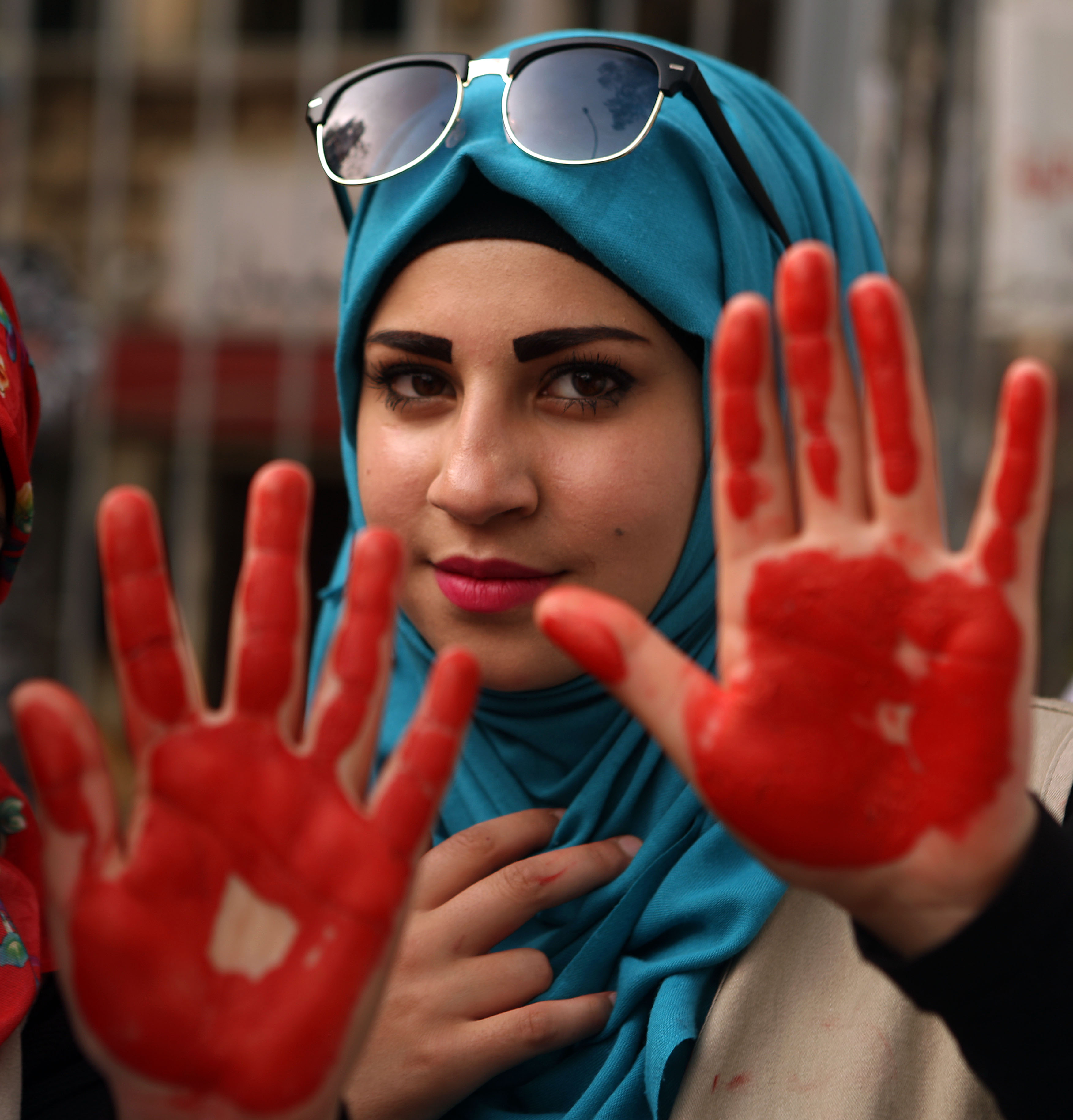 سيدة تشارك في تظاهرة رفضا للعنف ضد المرأة في بيروت - أرشيف