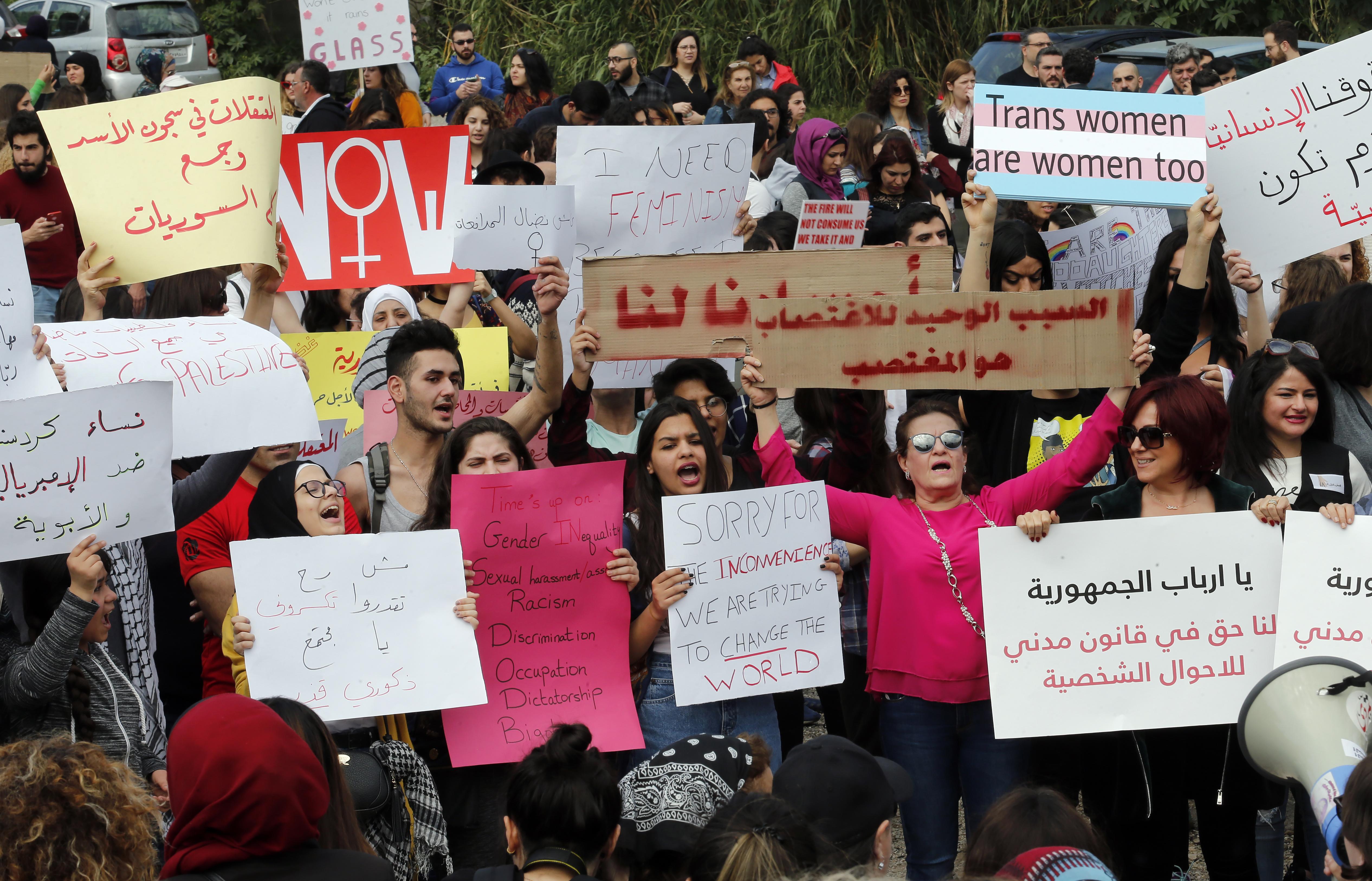 تظاهرة نسوية في بيروت بمناسبة اليوم المرأة العالمي (أ ف ب)