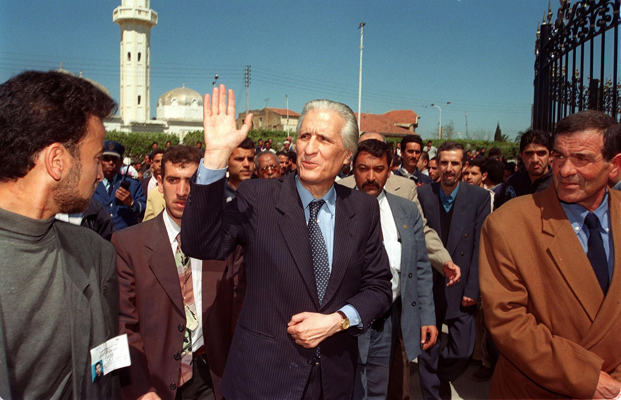 الدكتور أحمد طالب الإبراهيمي خلال الحملة الانتخابية لرئاسيات 1999