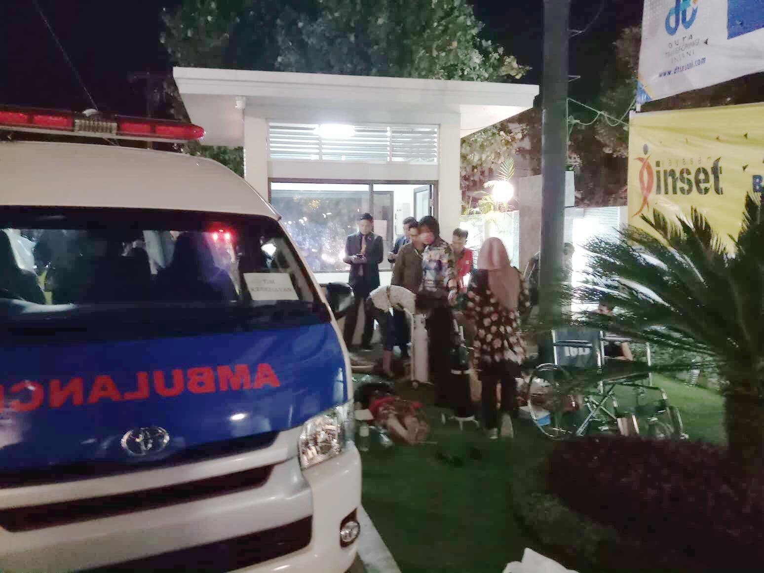 سيارة إسعاف بجانب أحد الفنادق قي جزيرة لومبوك الأندونيسية