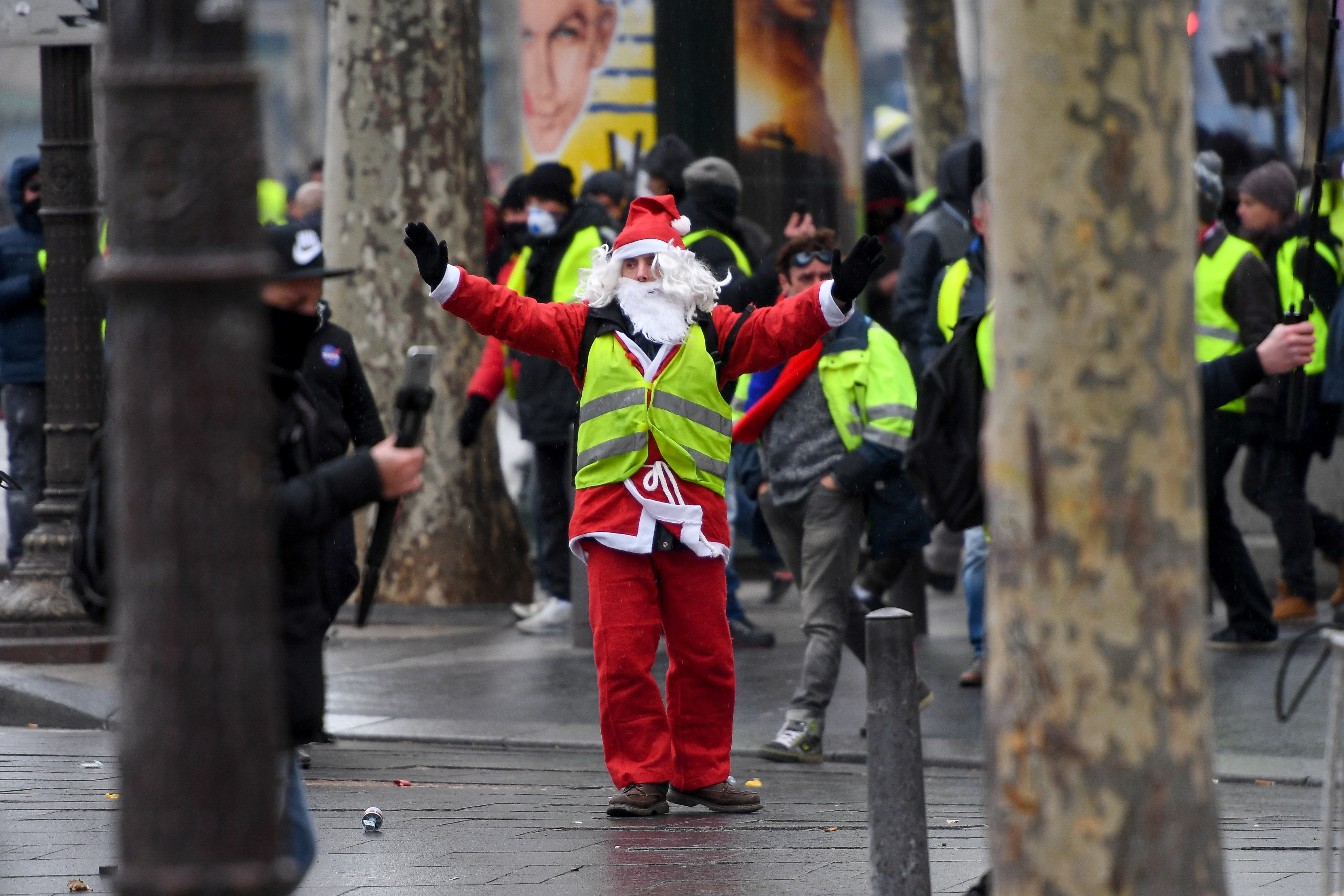 ارتدى عدد من المتظاهرين ملابس بابا نويل منددين بغلاء المعيشة
