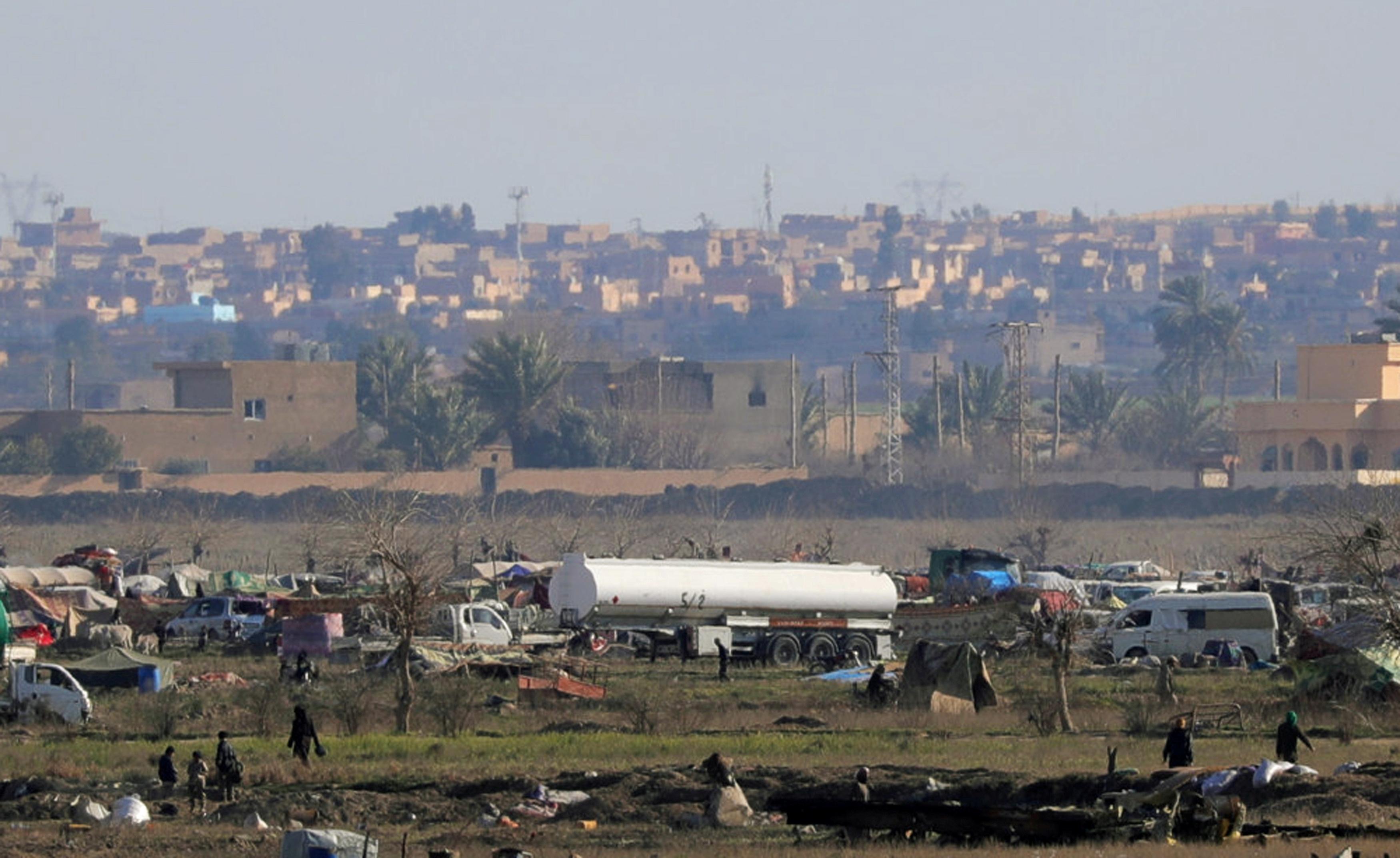 صورة تظهر بقايا عناصر تنظيم داعش في مساحة صغيرة بقرية الباغوز شمال شرقي سوريا