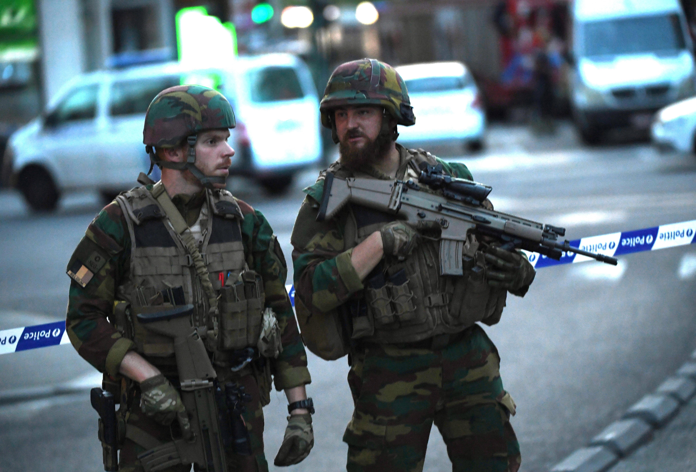جنديان يطوقان شارعا خارج المحطة