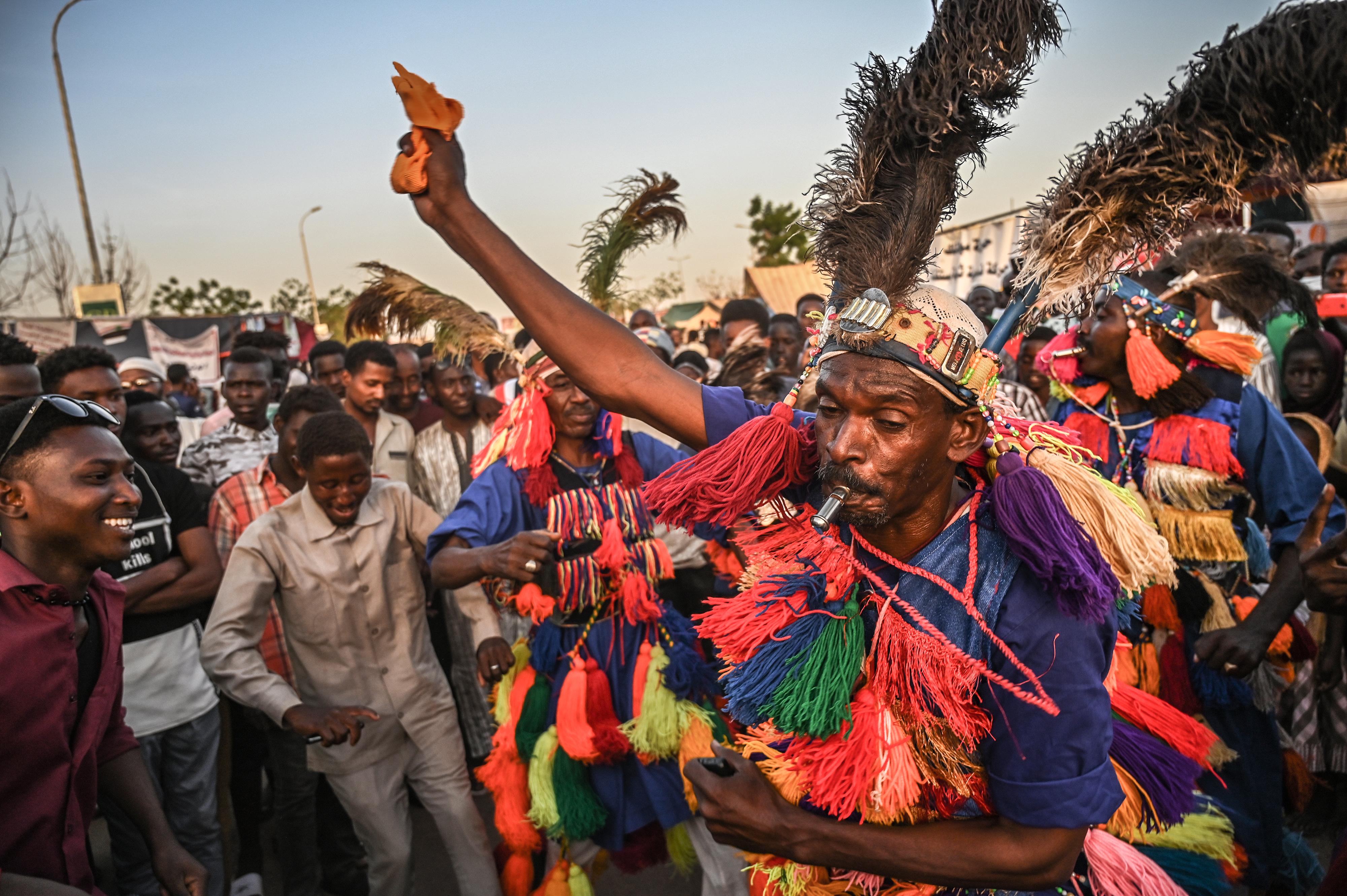 """سودانيون معتصمون وسط الخرطوم عشية """"تظاهرة مليونية"""" ضد المجلس العسكري الحاكم في السودان"""