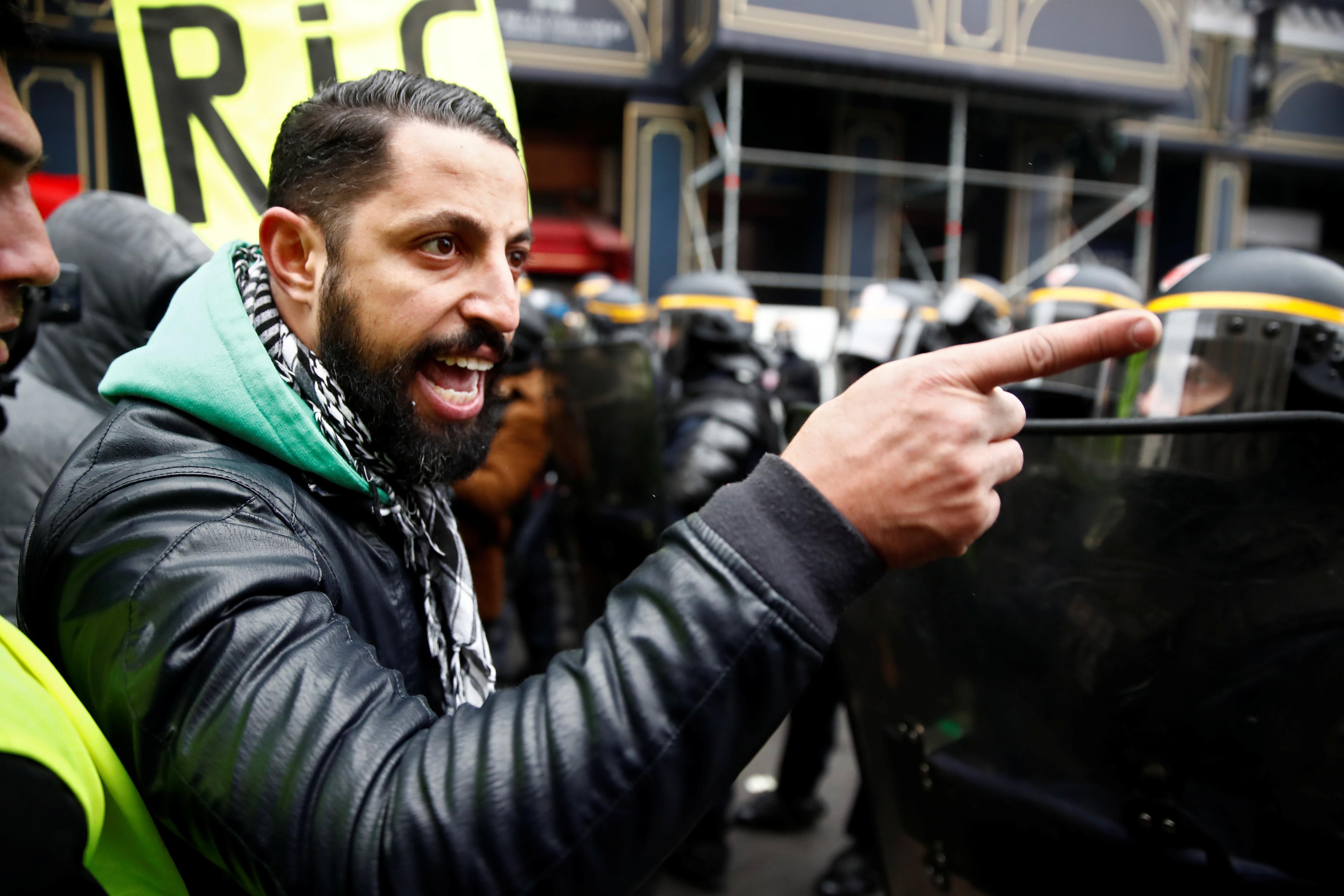مناقشة حادة بين متظاهر ورجال شرطة