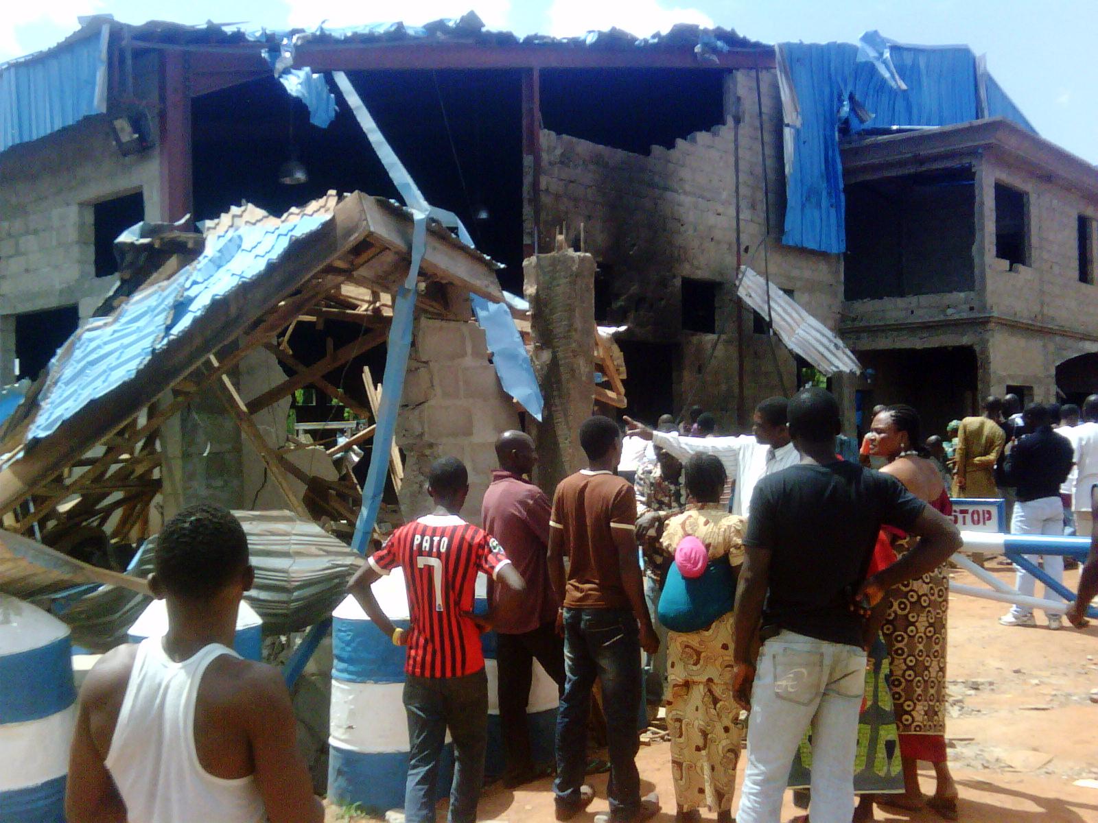مواطنون يقفون أمام كنيسة تعرضت لهجوم في نيجيريا - 2012