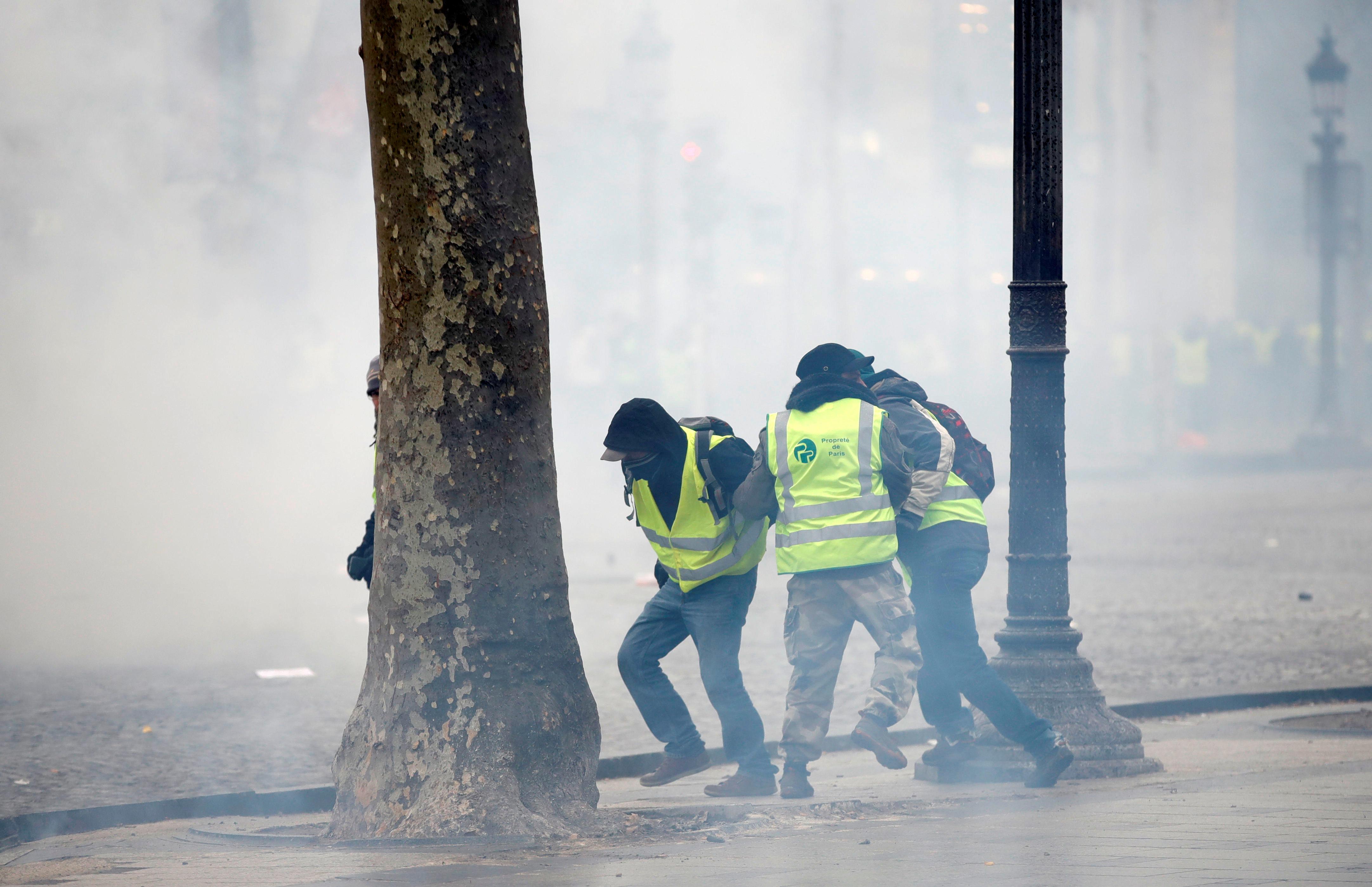 الشرطة أطلقت الغاز المسيل للدموع لوقف تقدم المحتجين