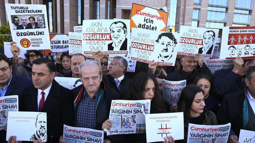 تظاهرة ضد محاكمة صحافيي جمهورييت