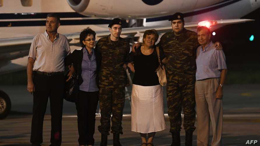 الجنديان مع أفراد عائلتهما لدى عودتهما إلى اليونان