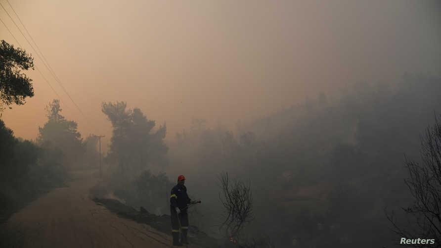 رجل إطفاء أثناء محاولته المساعدة في السيطرة على حريق جزيرة إيفيا