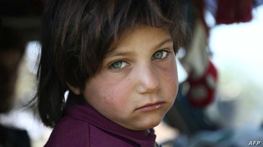 طفلة سورية تنظر بحزن إلى مستقبل غامض ينتظر أطفال هذا البلد