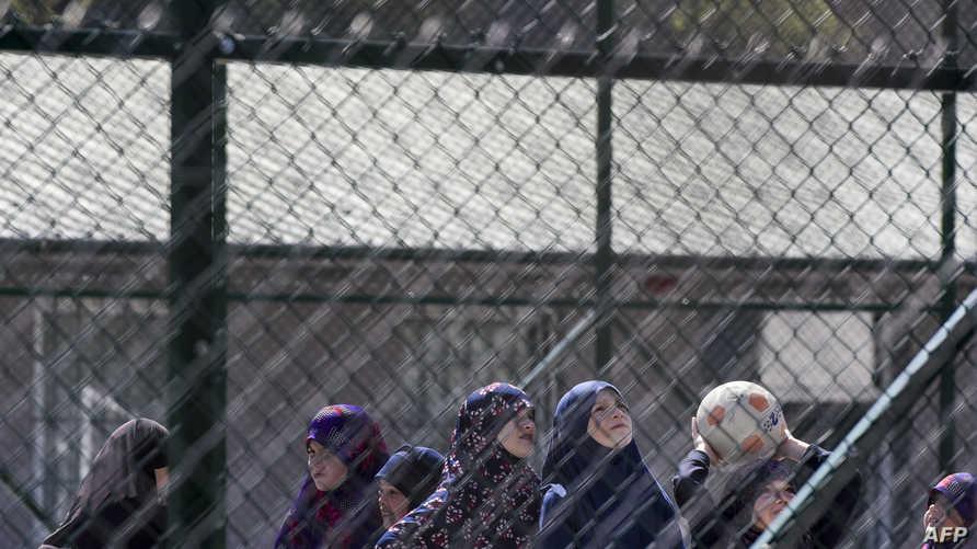 أطفال كوسوفيون عائدون من سوريا يلعبون في مركز احتجاز في كوسوفو