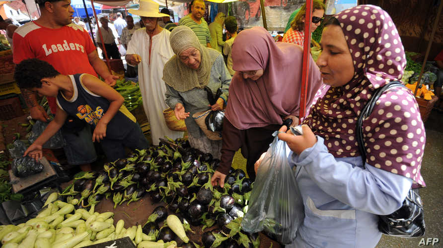 نساء يشترين خضروات