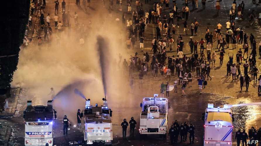 الشرطة الفرنسية تفرق محتفلين في باريس انخرطوا في أعمال شغب
