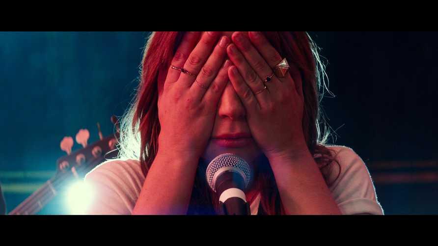 ليدي غاغا.. من صفحة فيلم (مولد نجمة) على فيسبوك