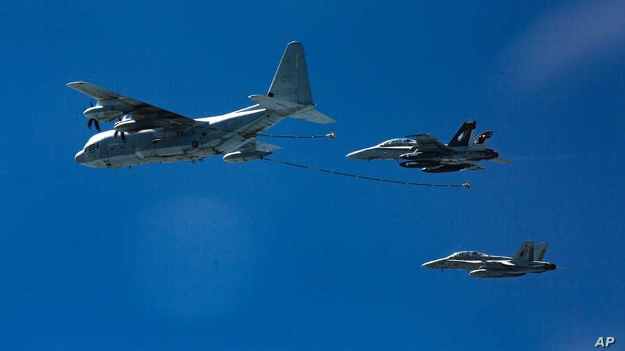 مقاتلتان من طراز F/A-18 وطائرة من طراز KC-130J خلال تدريبات في منطقة لم يكشف عنها- أرشيف