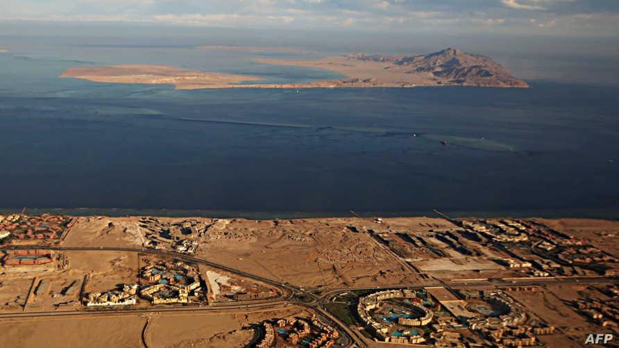 صورة من نافذة طائرة لجزيرتي تيران وصنافير