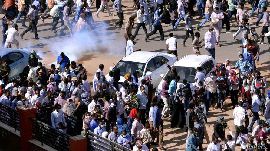 متظاهرون سودانيون في الخرطوم يهربون من الغاز المسيل للدموع