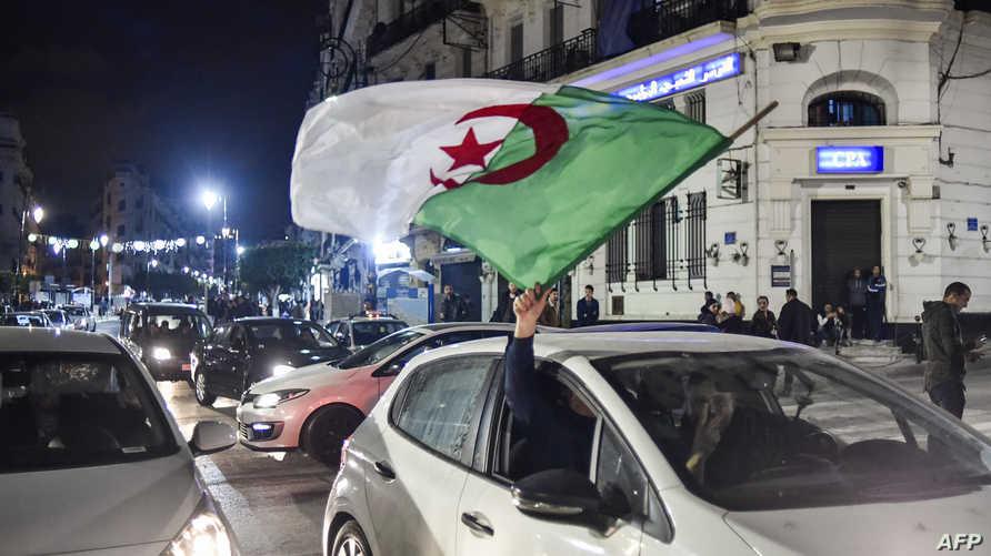 جزائريون يحتفلون بعد إعلان الرئيس بوتفليقة انسحابه من الانتخابات الرئاسية