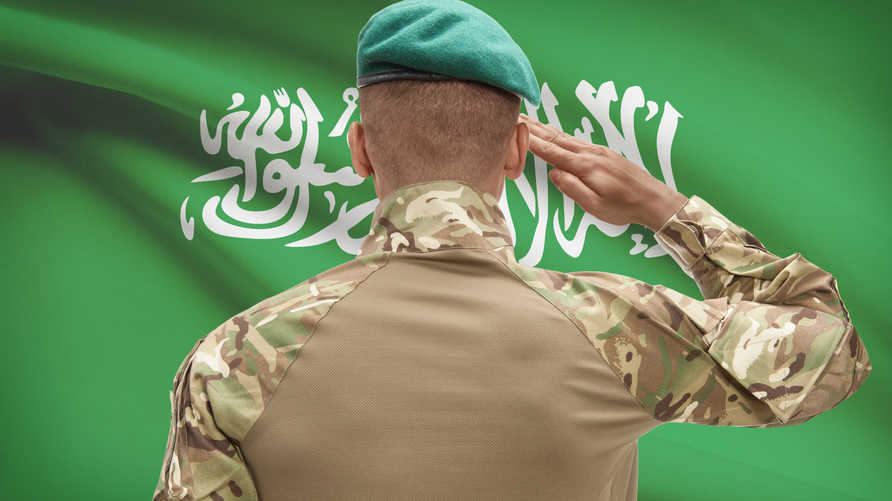 جندي سعودي يحيي علم المملكة (أرشيف)